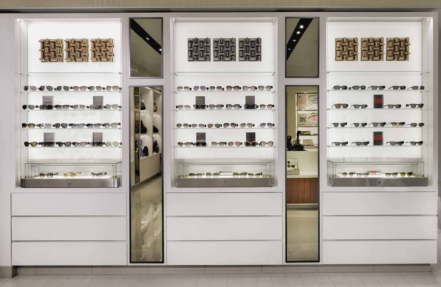 Airport Retail Stores | Custom Retail Store Fixtures | Showbest